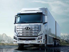 XCIENT Fuel Cell, poháněný systémem palivových článků o výkonu 190 kW, ujede na vodík uložený v nádržích přibližně 400 km bez doplňování paliva.