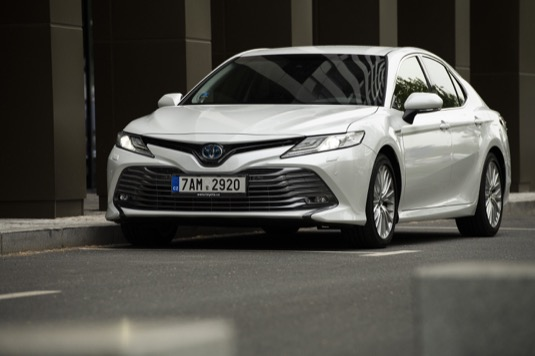 Toyota již dříve oznámila, že letos otestuje první autonomní vůz ve veřejném provozu. Zároveň přišla s plánem na rozšíření flotily svých elektrických vozů. Do roku 2026 by mělo vzniknout 10 čistě elektrických modelů značky.