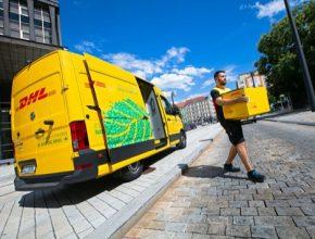 Tiché a bezemisní doručování zásilek v Praze a Brně - elektromobil e-Crafter rozšířil vozový park DHL Express.