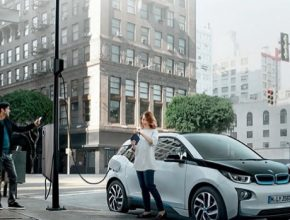 Dobíjecí stanice pro elektromobily na lampách veřejného osvětlení: další krok v rozvoji elektromobility v Praze