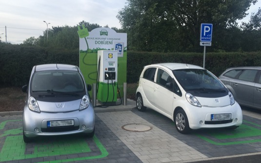 Nová nabíjecí stanice je umístěna přímo na parkovišti prodejny nové generace v ulici Jugoslávská a je k dispozici všem zákazníkům. Usnadní tak cesty majitelů elektromobilů v Moravskoslezském kraji.