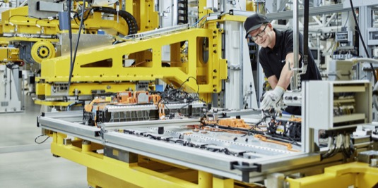 auto elektromobily výroba baterií pro Mercedes-Benz EQC Daimler Accumotive