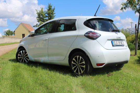 Designové úpravy zevnějšku jsou proti první verzi jemné, ale přesto dokázaly auto posunout do druhé dekády 21. století.