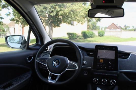 Interiér nového Zoe se Renaultu povedl. Je útulný, přehledný a celkově příjemný na omak i na pohled. Jediné, co nás trochu zarazilo, byl středový dotykový panel poněkud neumětelsky naroubovaný před střední výdechy klimatizace.