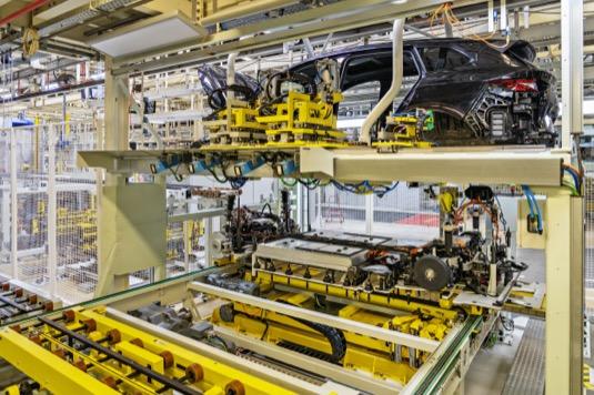 Výroba elektromobilu Škoda Enyaq iV v továrně v Mladé Boleslavi