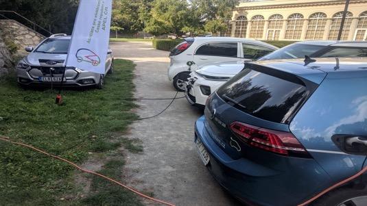 Elektromobily se houfují u zdroje