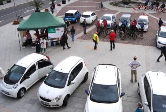 Součástí akce je i Eko-závod (v pořadí již 4. ročník) který odstartuje na Dolním náměstí v 10:00 hodin. V soutěži jsou vítání chodci, cyklisté, uživatelé elektrokol a elektromobilů, případně aut na CNG nebo hybridních vozů, ale také například jezdci na koních či velbloudech nebo běžci a chodci.