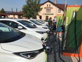 auto elektromobily Renault Zoe se nabíjejí na nabíjecí stanici ČEZ ve Vestci