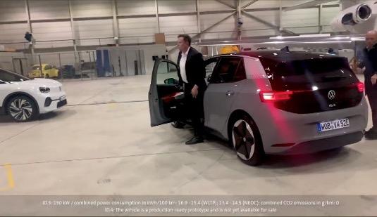 auto elektromobil Elon Musk vystupuje z Volkswagen ID.3