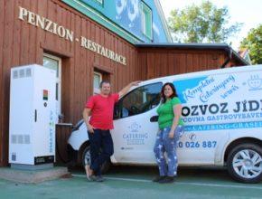 elektromobil Nissan e-NV200 u rychlonabíjecí stanice Penzionu Grasel