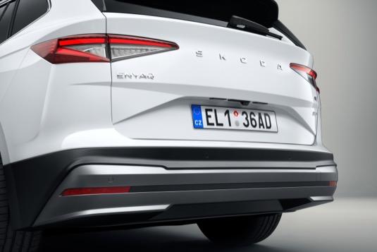 Netradičně mírně prodloužená záď elektromobilu Škoda Enyaq iV