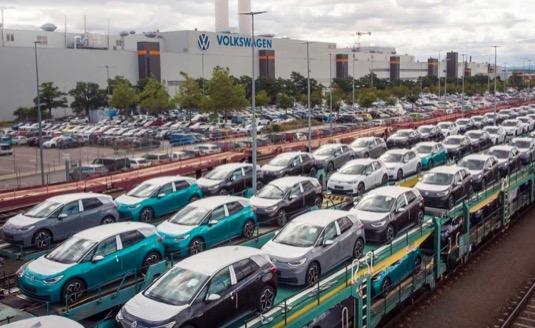 auto elektromobily Volkswagen ID.3 naložené na vlacích před továrnou Volkswagen