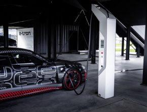 K výrobě elektricky poháněného modelu kategorie gran turismo v manufaktuře Audi Böllinger Höfe, která spadá pod závod Neckarsulm, využívá společnost na míru střižené nové technologie. Mnoho úkonů však vykonávají ručně zdatní řemeslníci.