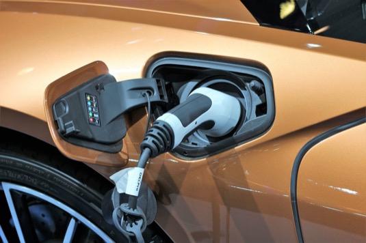 Jaké jsou celkové provozní náklad u elektromobilu a auta na benzin? Podívali jsme se na ně podrobněji.