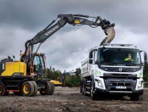 Elektrické Volvo FMX s hákovým zvedákem najde primární uplatnění ve větších infrastrukturních projektech a v městské výstavbě.