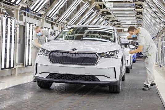 Výroba, která bude paralelně probíhat na lince s modelovými řadami OCTAVIA a KAROQ, dosáhne až 350 vozů ENYAQ iV denně. Investice do přestavby výrobní linky v závodě v Mladé Boleslavi činí 32 milionů eur.