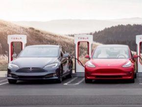 auto Tesla elektromobily Model S a Model 3 u nabíjecí stanice Tesla Supercharger