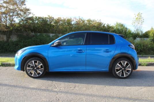 Kde Peugeot e-208 září, to je standardní výbava.
