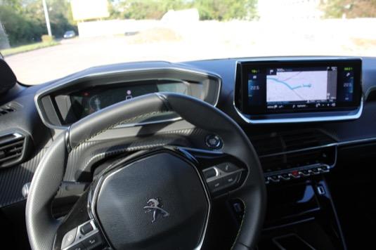 Interiér, zejména prostor řidiče, je na nás až moc devadesátkové retro.