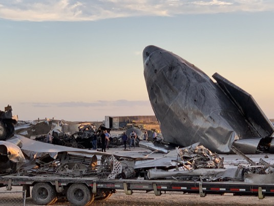 Elon Musk si přišel prohlédnout trosky vybuchlé Starship SN8.