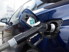 Čerpání vodíku do vodíkovéh auta Toyoty Mirai