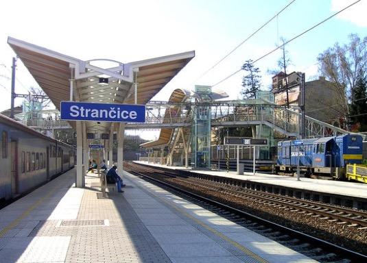 Podle údajů společnosti Valuo se ze 13 měst s více než 10 000 obyvateli dostanete hromadnou dopravou do centra Prahy za méně než 60 minut. A často jsou ceny bytů i poloviční oproti těm v hlavním městě, navíc je zde dostupné bydlení v rodinných domech. Stále více těch, kteří aktuálně řeší bydlení, proto lokality za Prahou na vlakové trati vyhledává.