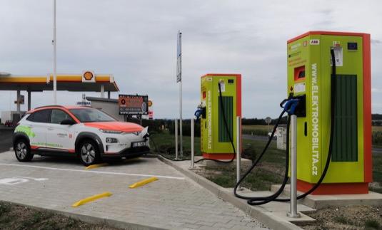 Síť nabíjecích stanic ČEZ, srovnatelná s většími řetězci klasických čerpacích stanic, se za poslední dva roky svým rozsahem zdvojnásobila.