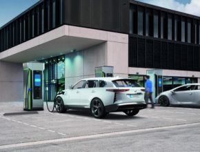 Nová nabíjecí stanice Siemens Sicharge D nabídne výkon až 300 kW při napětí 1000 V. Bude umět také automatické přidělení a změnu dobíjecího výkonu.