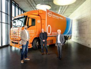 Předání vozu na vodíkový pohon. Do konce roku 2021 má být vyrobeno a dodáno 2 000 vodíkových nákladních vozidel.