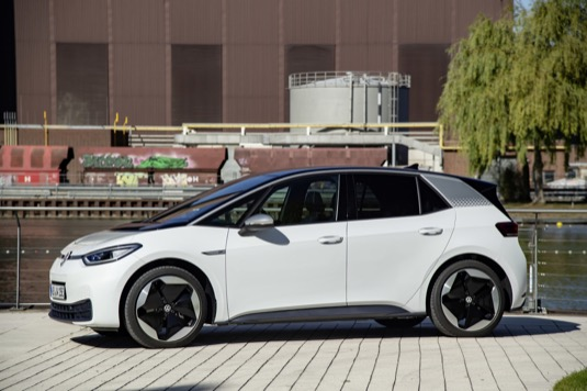 """Volkswagen ID.3 byl první vlaštovkou nové elektromobilní strategie koncernu VW. V ulynulém desetiletí se evropským """"Autem roku staly"""" například také modely Volkswagen Polo, Volkswagen Golf a Volkswagen Passat."""