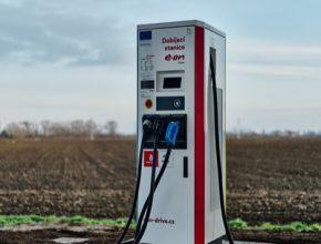 Dobíječka E.ON u čerpací stanice Benzina ORLEN u Břeclavi čerpá energii ze solárních panelů na přístřešku, který kryje sedm parkovacích míst