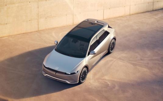 K elektromobilu je možné volitelně přiobjednat také solární střechu, která dokáže dobíjet trakční baterii.