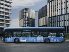 Hlavní město získá flotilu moderních ekologických vozidel, které neprodukují emise oxidu uhličitého a přispějí tak k čistějšímu ovzduší a harmoničtějšímu životnímu prostředí ve městě.