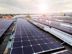 Elektřinu bude vyrábět 6000 fotovoltaických panelů o celkovém výkonu 2,3 MWp. To je dvakrát více, než má dnes největší střešní FVE v Česku.