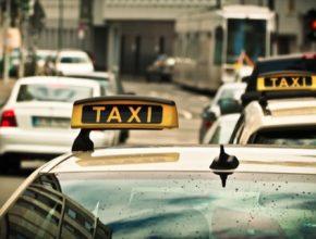 Nové tarify mají být transparentní a přehledné. Dodržovat je budou muset i alternativní taxislužby. Od roku 2025 získají povolení provozovat taxislužby navíc pouze elektroautomobily.
