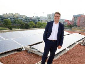 Vídeňský radní pro životní prostředí Jürgen Czernohorszky chce, aby město více využívalo solární energii.