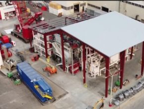 Obrovské vstřikovací lisy jsou dnes v továrně ve Fremontu už dva. Protože se ale nevejdou do samotné budovy továrny, jsou usazeny pod speciálním přístřeškem před ní.