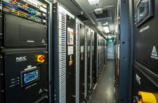 Náhlý pokles frekvence elektřiny v síti si žádá záložní zdroje schopné do 30 vteřin obnovit rovnováhu.