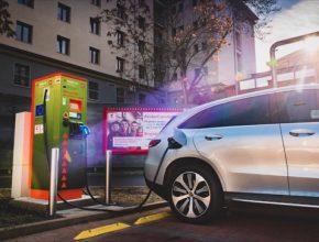 Počet nabíjecích stanic ČEZ umístěných na parkovištích sítě Kaufland tak přesáhl padesátku. Loni u nich elektromobilisté načerpali celkem 460 milionů kWh, meziročně o 66 % více. Tato energie by umožnila jednomu elektromobilu 76 cest kolem světa.