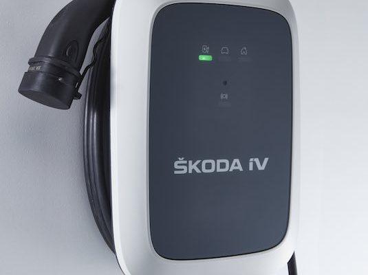 Škoda Wallbox iV umožňuje v závislosti na kapacitě konkrétního vozu nabíjení výkonem až 11 kW při třífázovém připojení. Při výkonu nabíjení 11 kW je model Škoda ENYAQ 80 iV se zcela vybitou baterií o kapacitě 80 kWh (77 kWh netto), opět plně nabitý během 7,5 hodiny.