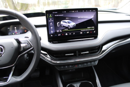 Infotainment elektromobilu Škoda Enyaq iV je nabití funkcemi a konektivitou. Problém je, že se hodně seká a odezva je často dost pomalá. Takhle prosím ne. Doufejme, že to spraví brzký update softwaru.