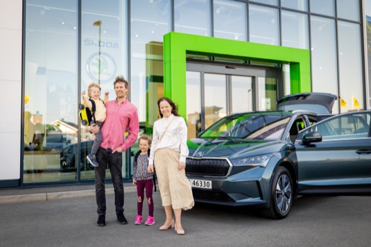 Silje Talsæte a její partner Øyvind Espelund jsou prvními zákazníky na světě, kteří si převzali model ŠKODA ENYAQ iV.