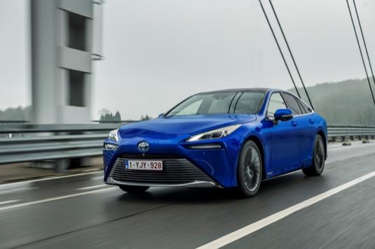 Aktuální model je již druhou generací vodíkového elektromobilu, která se může pochlubit dojezdem 650 km. Natankování přitom nezabere více než 5 minut. Cena nové Mirai na českém trhu začíná na 1,7 milionu korun.