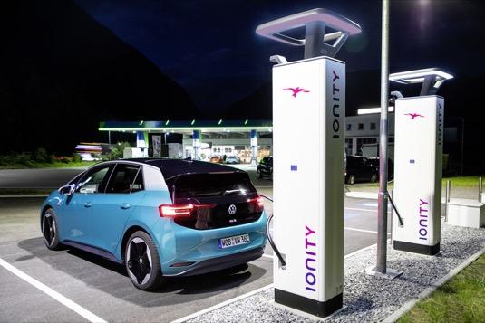 auto elektromobil Volkswagen ID.3 se nabíjí u nabíjecí stanice Ionity