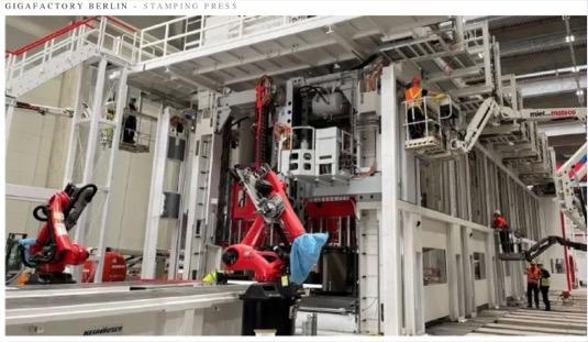V Gigatovárně Berlín už jsou instalovány obří vstřikovací lisy pro výrobu elektromobilů Tesla Model Y.