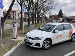 V Hluboké nad Vltavou najdou řidiči dobíjecí stanici u hlavního parkoviště.