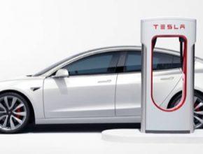 auto elektromobil Tesla Model 3 nabíjení u nabíjecí stanice Tesla Supercharger