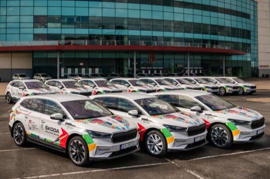 Škoda Auto poskytuje organizátorům turnaje, který se koná od 21. května do 6. června v lotyšském hlavním městě Rize, poprvé plně elektrický vozový park 45 elektromobilů Eniyaq iV.