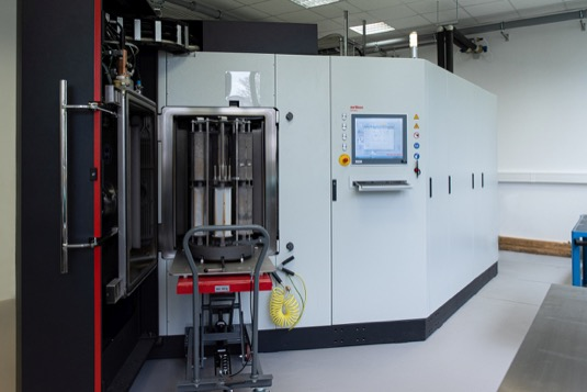 Unikátní povlakovací zařízení nové laboratoře pokročilých materiálů ČVUT FEL