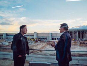 Elon Musk a německý ministr dopravy Andreas Scheuer na stavbě Gigatovárny Berlín.